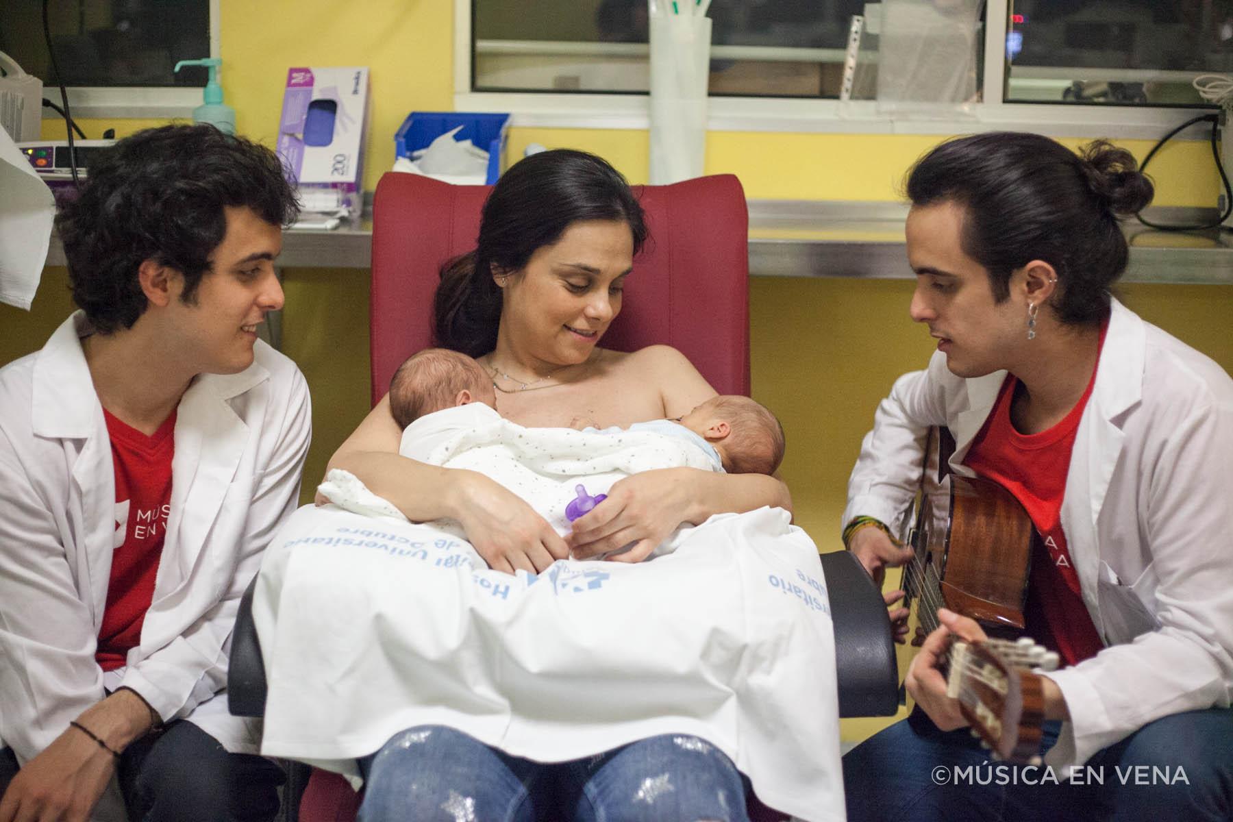 Foto de Morochos en Neonatología, por el proyecto Música en Vena